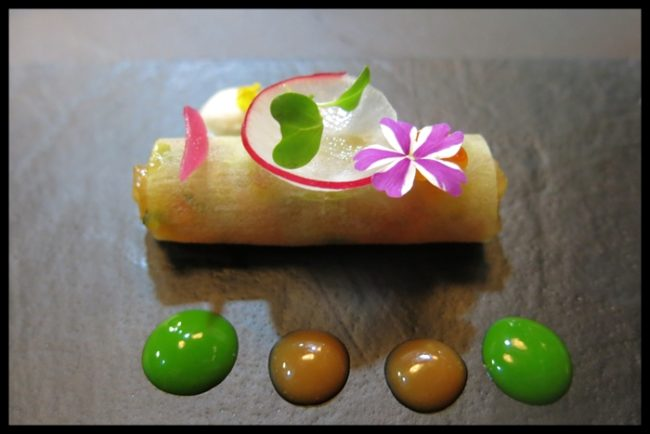 Ceviche de dorada en hoja de manzana Granny Smith, yogurt especiado, ostra marinada en salsa Ponzu y huevas de trucha.