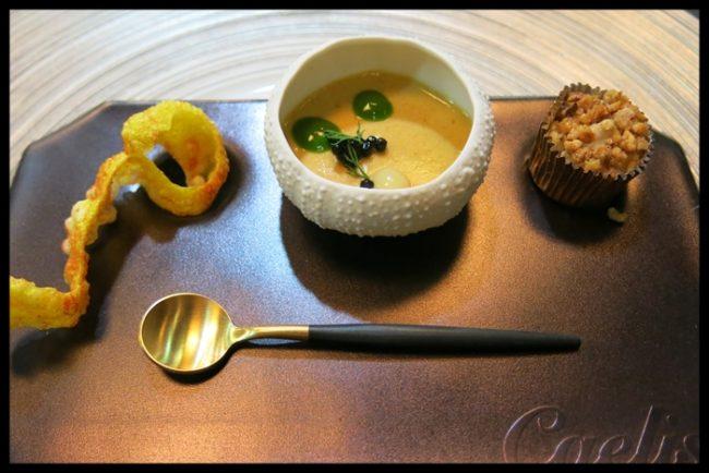 Crema de berenjena al curry con huevo cocido a baja temperatura, teja de parmesano y shitake.