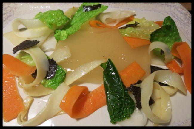 Caldo en textura gelatinosa con verduras