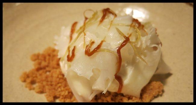 Crumble de chantilly de coliflor con tiras de limón y toffe