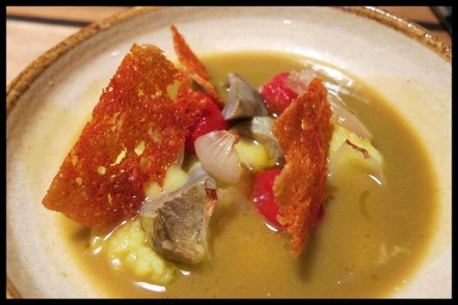 Suquet de verduras con puré de patata, tomates cherry y crujiente de pimentón