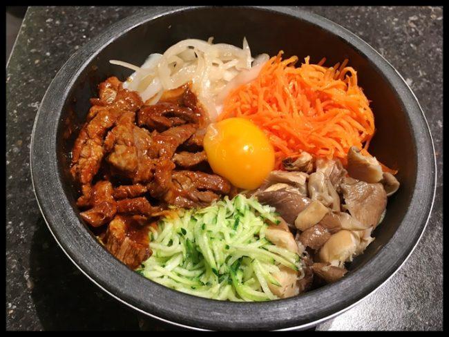Bibimbap, arroz en la base para mezclar con algún tipo de carne, huevo y verduras