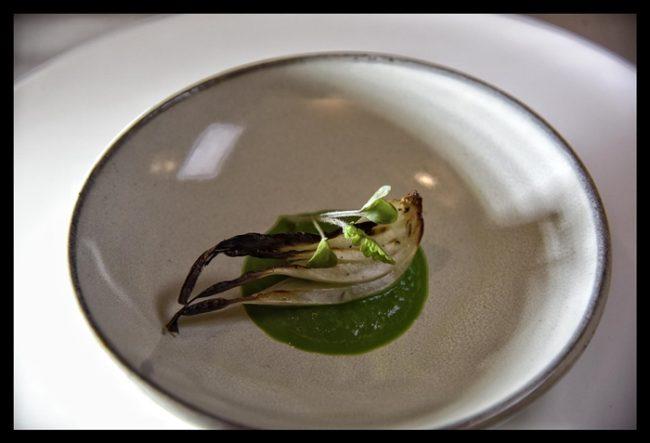 Cebolla tierna al horno con crema de acelgas