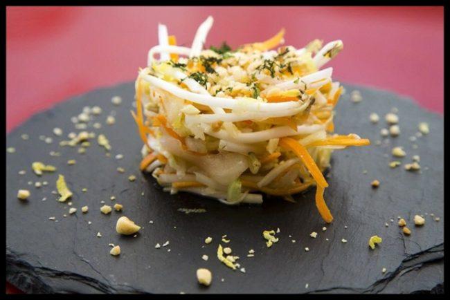 La ensalada vietnamita, con brotes de soja, cebolla caramelizada y cacahuetes