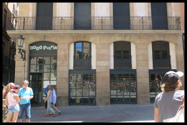 La fachada, con vistas al ábside de la Catedral de Barcelona