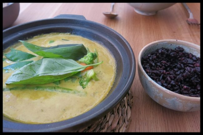 arroz-negro-al-curry-de-coco