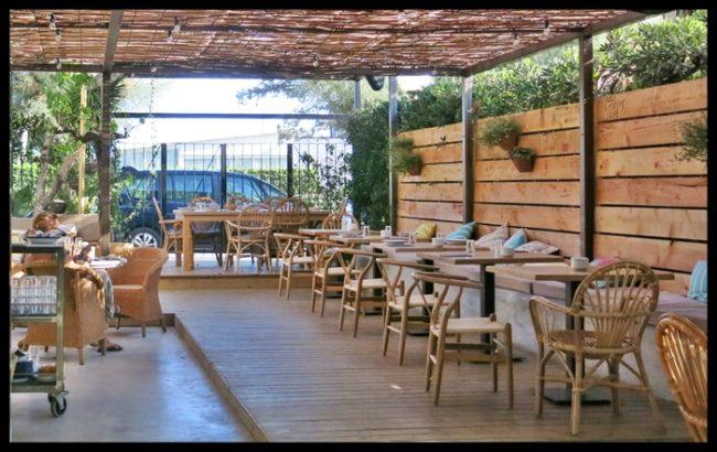 Materiales naturales pàra este restaurante junto al mar