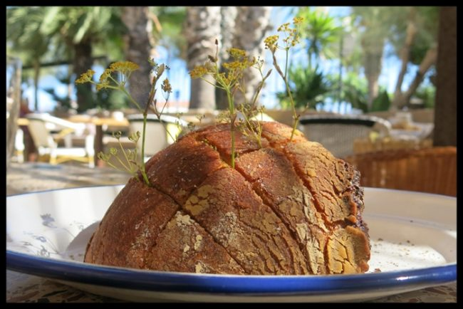 Pan tuneado al horno con ramitas de hinojo y aceite de oliva