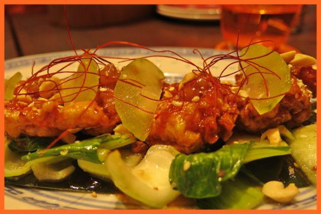 Pollo rebozado muy crujiente, acompañado de salsa agridulce.