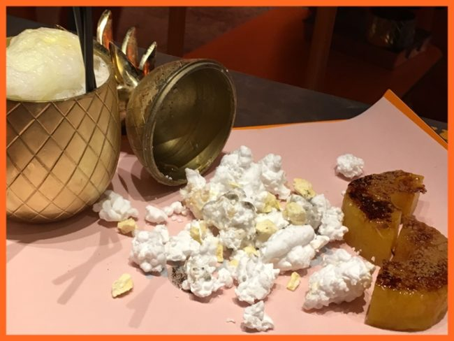 Piña colada, con palomitas de coco (heladas con nitro), aceite de vainilla y piña asada con azúcar quemado