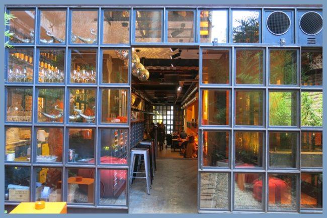 La entrada a NOBOOK, preludio de arquitectura limpia y geometrías encontradas