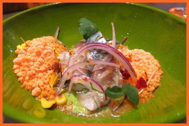 Ceviche Nikei para comenzar, un refresco de animal marino.